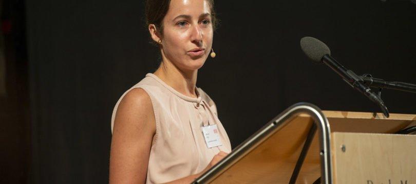 Die Laudatio zur Verleihung des Pharma Barometer Ehrenpreis hält Johanna Jung